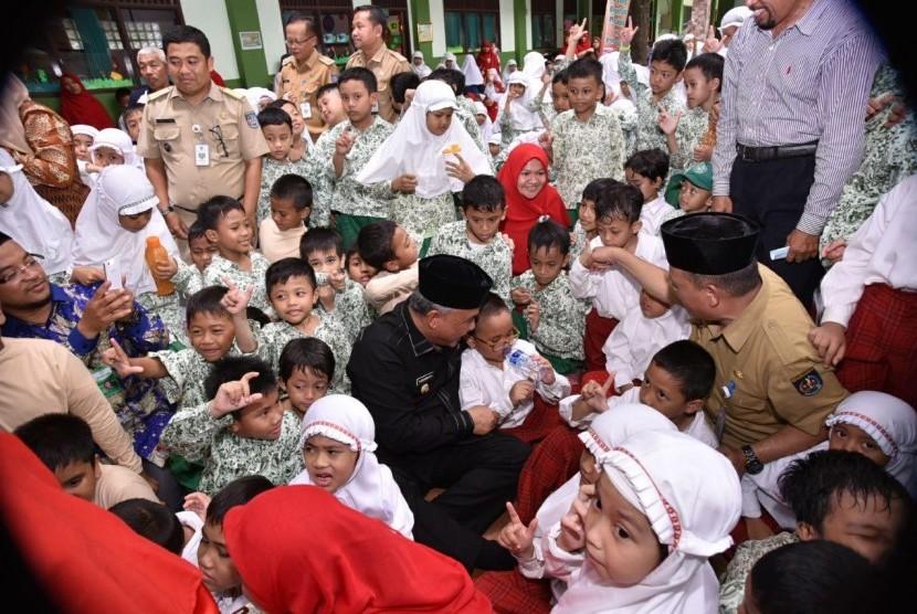 Wali Kota Depok Muhammad Idris berada di tengah-tengah siswa SDIT Miftahul Ulum, Senin (13/11).