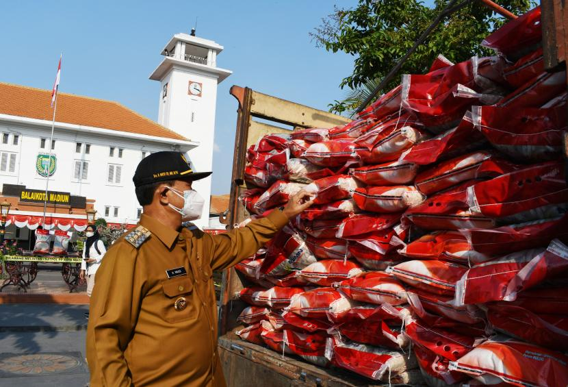 Wali Kota Madiun Maidi meninjau beras bantuan pemerintah yang akan disalurkan kepada warga terdampak pandemi COVID-19 di depan Balai Kota Madiun, Jawa Timur, Senin (19/7/2021). Pemkot Madiun menyalurkan bantuan beras melalui Perum Bulog sebanyak 139 ton untuk 13.900 kepala keluarga guna membantu mencukupi kebutuhan pangan bagi warga yang terdampak pandemi COVID-19 selama Pemberlakuan Pembatasan Kegiatan Masyarakat (PPKM).