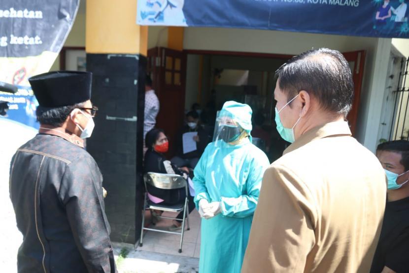 Wali Kota Malang, Sutiaji (baju hitam) meninjau pelaksanaan vaksinasi di Puskesmas Janti, Kota Malang, Senin (5/7).