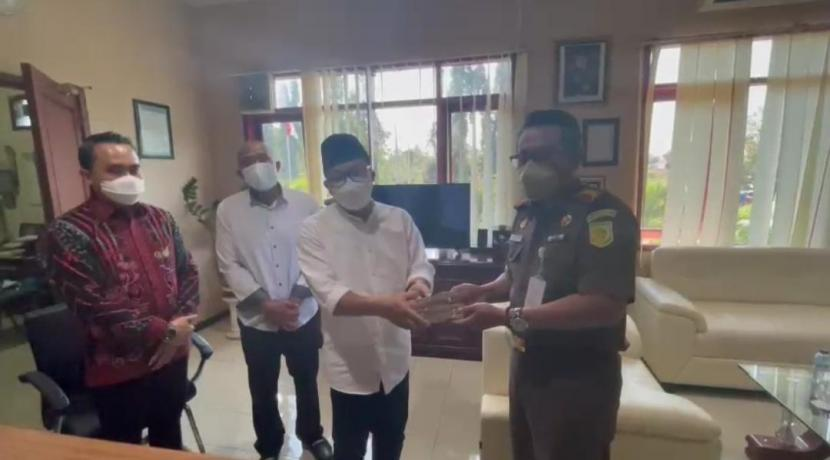 Wali Kota Malang, Sutiaji (berkopiah) membayar denda Rp 25 juta kepada Kejaksaan Negeri (Kejari) Kabupaten Malang.