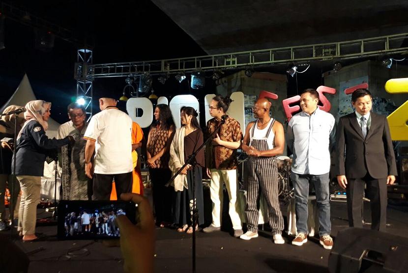 Wali Kota Padang Mahyeldi Ansharullah membuka gelaran Padang-Indian Ocean Music Festival 2018 di kolong Jembatan Siti Nurbaya, Kota Padang, Jumat (3/8).