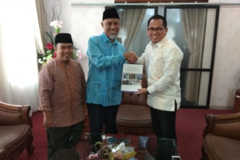Wali Kota Padang, Mahyeldi Ansharullah (tengah), menerima masterplan pengembangan ekonomi syariah.