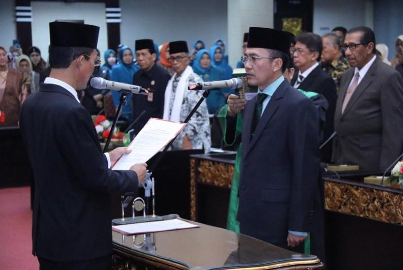 Wali Kota Palembang Harnojoyo melantik dan mengambil sumpah Ratu Dewa sebagai Sekretaris Daerah (Sekda) Pemerintah Kota (Pemkot) Palembang di Parameswara Pemkot  Palembang, Senin (1/4).