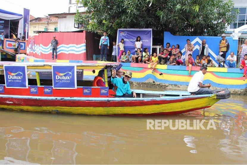 Wali Kota Palembang non aktif Harnojoyo berlayar di Sungai Sekanak saat  meresmikan satu destinasi wisata baru di Palembang bernama #Tepian Sekanak Bersolek dengan menyusuri sungai.