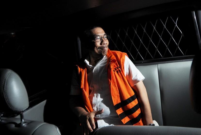 Wali Kota Palembang Romi Herton memasuki mobil tahanan usai diperiksadi Komisi Pemberantasan Korupsi (KPK), Jakarta, Kamis (10/7).