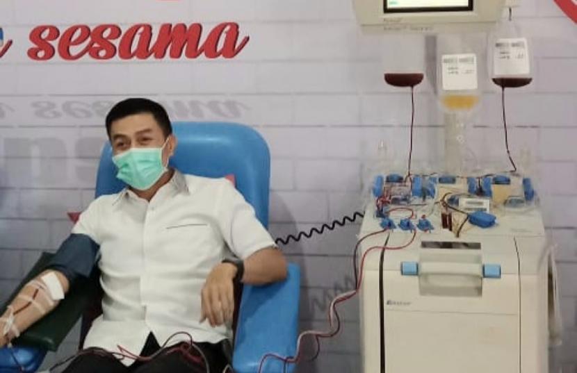 Wali Kota Salatiga, Yuliyanto mendonorkan plasma konvalesen melalui PMI Kota Surakarta, Selasa (27/7).