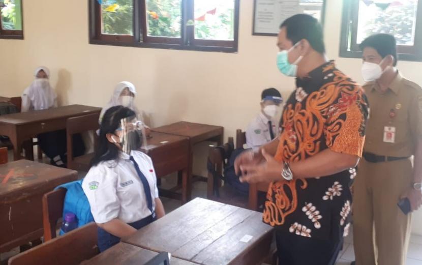 Wali Kota Semarang, Hendrar Prihadi (baju batik) meninjau pelaksanaan PTM terbatas di SMPN 12 Semarang, Senin (30/8). Wali Kota menegaskan pelaksanaan PTM terbatas di Kota Semarang dilaksanakan bertahap.