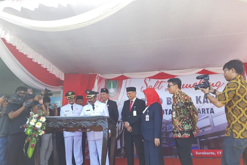 Wali Kota Solo FX Hadi Rudyatmo menandatangani prasasti sof launching RSUD Bung Karno di Semanggi, Kecamatan Pasar Kliwon, Solo, Sabtu (17/8).