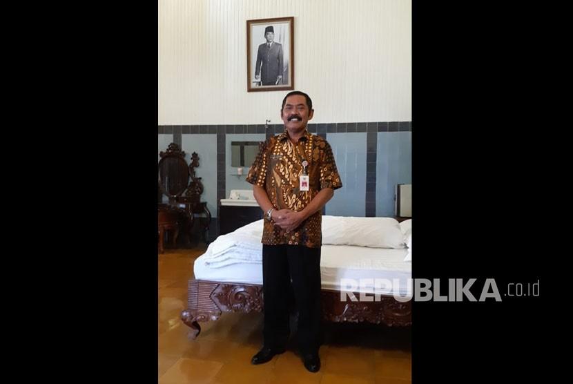 Wali Kota Solo FX Hadi Rudyatmo saat menunjukkan kamar Presiden pertama RI Ir Soekarno di bagian depan bangunan Rumah Dinas Wali Kota Solo atau Loji Gandrung.