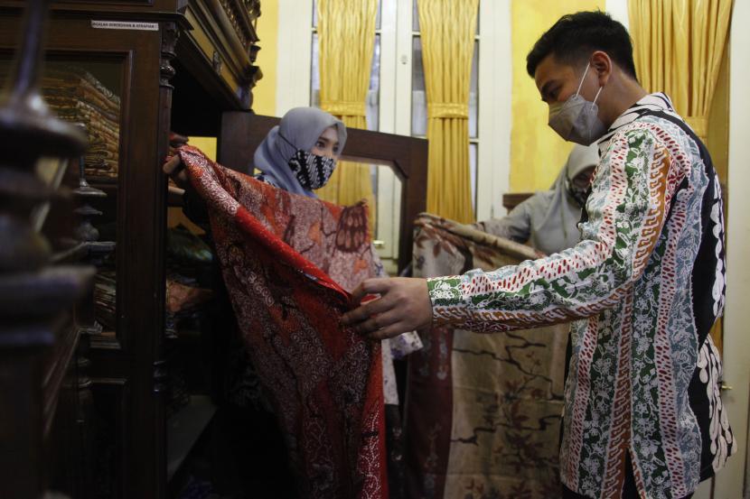 Wali Kota Solo Gibran Rakabuming Raka membeli kain batik karya perajin saat acara Srawung Batik Nusantara di Kampung Batik Kauman, Solo, Jawa Tengah, Sabtu (2/10/2021). Kegiatan tersebut digelar untuk memperingati Hari Batik Nasional.