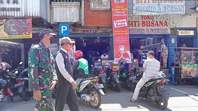 Wali Kota Sukabumi Achmad Fahmi dan Dandim 0607 Kota Sukabumi Letkol Inf Danang Prasetyo Wibowo memantau PPKM Level 4 setelah ada pelonggaran di pusat keramaian kota, Selasa (27/7)