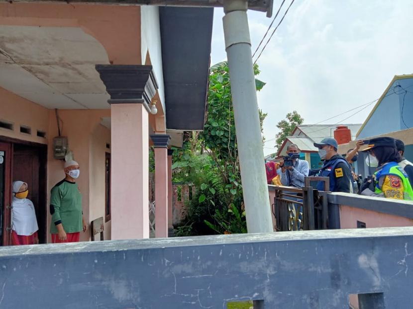 Wali Kota Sukabumi Achmad Fahmi dan forkopimda Kota Sukabumi memberikan bantuan kepada warga yang isolasi mandiri Covid-19, Sabtu (24/7).