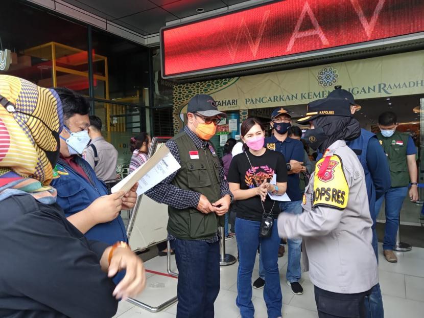 Wali Kota Sukabumi Achmad Fahmi memantau penerapan protokol kesehatan di keramaian kota, Sabtu (8/5)