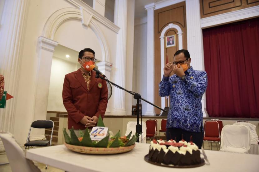 Wali Kota Sukabumi Achmad Fahmi (kanan) memberikan kejutan kepada perawat saat peringatan Hari Perawat Nasional dan Hari Jadi ke-47 Persatuan Perawat Nasional Indonesia (PPNI) di Gedung Juang 45 Kota Sukabumi, Rabu (17/3/2021).