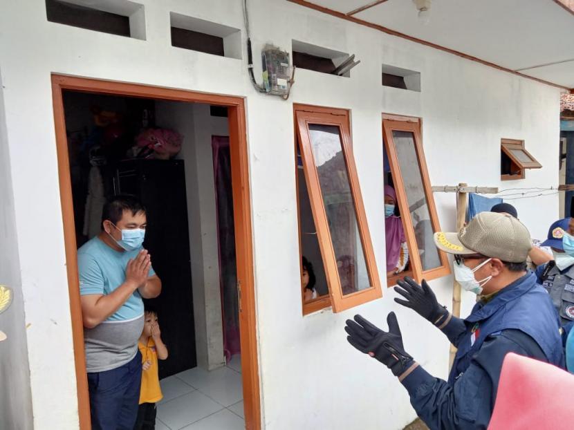 Wali Kota Sukabumi Achmad Fahmi memberikan motivasi dan bantuan beras kepada warga isoman di Kecamatan Lembursitu dan Citamiang Sabtu (31/7).