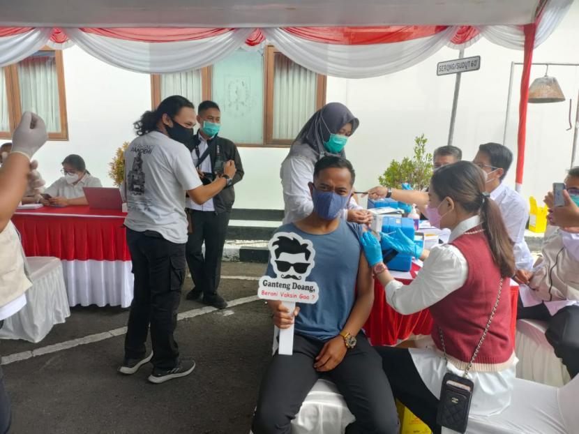 Jurnalis menjalani vaksinasi Covid-19 di Lapangan Apel Sekretariat Daerah Balai Kota Sukabumi, Rabu (3/3/2021).