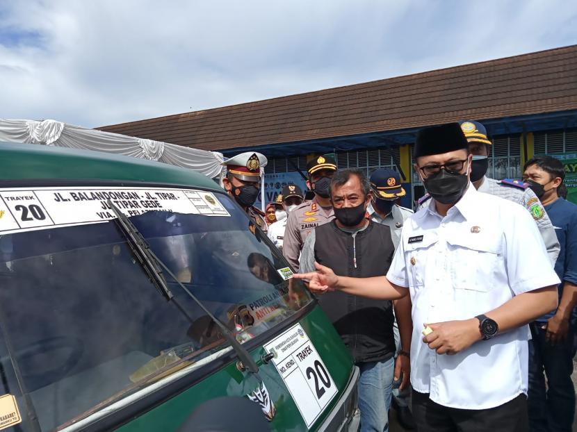 Wali Kota Sukabumi Achmad Fahmi menempelkan stiker Saya Sudah Divaksin untuk ajakan warga divaksin di Terminal Tipe A Sukabumi, Rabu (15/9).