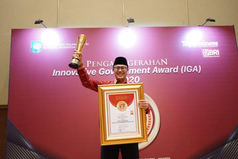 Wali Kota Sukabumi Achmad Fahmi menerima penghargaan Kota Sukabumi sebagai Kota Terinovatif dari Kemendagri, beberapa waktu lalu.