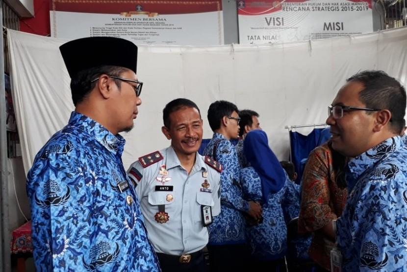 Wali Kota Sukabumi Achmad Fahmi meninjau perekaman KTP elektronik di Lapas Kelas IIB Sukabumi Kamis (17/1). Langkah ini untuk memastikan setiap warga memiliki identitas.