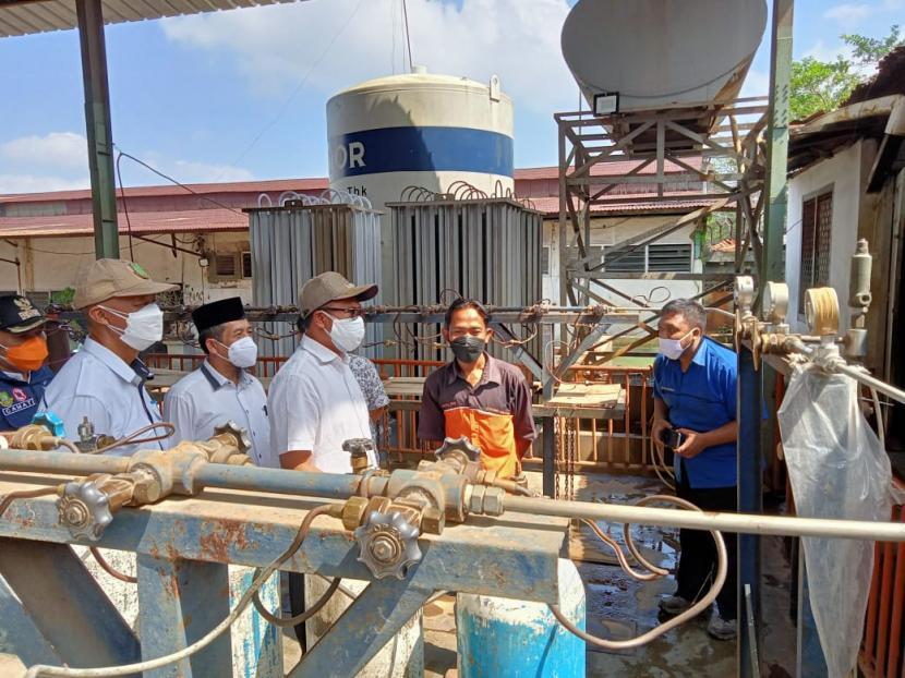 Wali Kota Sukabumi Achmad Fahmi saat meninjau pasokan oksigen di distributor oksigen di PT Selamat Lestari di Jalan Pramuka, Kecamatan Citamiang, Kota Sukabumi Rabu (4/8).
