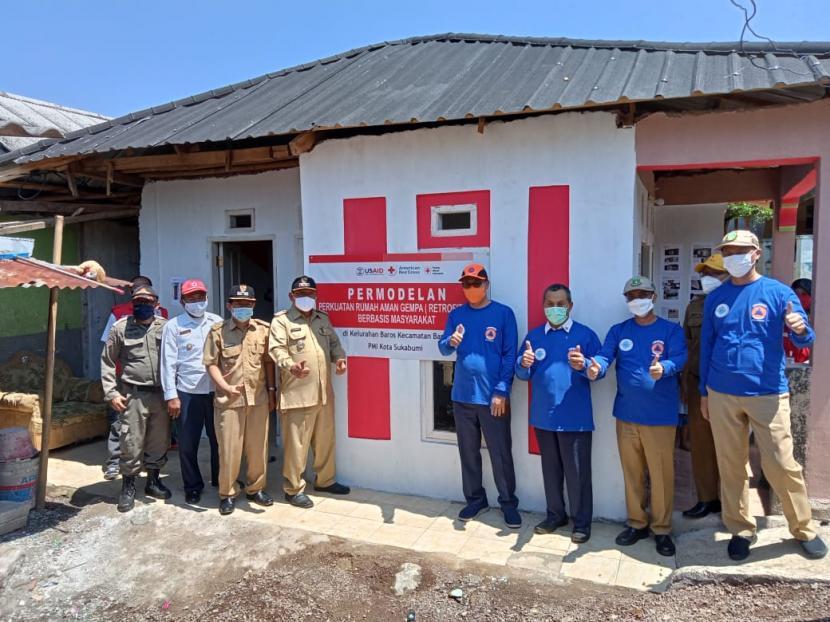 Wali Kota Sukabumi Achmad Fahmi saat meninjau permodelan perkuatan rumah aman gempa (Retrofitting) berbasis masyarakat yang digagas PMI di Kelurahan/Kecamatan Baros, Senin (26/4).