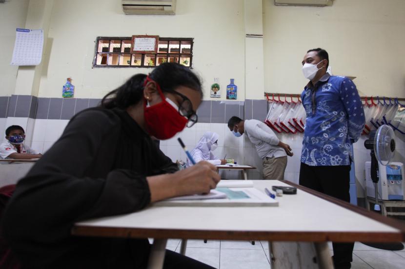 Wali Kota Surabaya Eri Cahyadi (kanan) meninjau secara langsung pembelajaran tatap muka (PTM) di ruang kelas di SDN Kaliasin I, Surabaya, Jawa Timur, Senin (6/9/2021). Pemkot Surabaya memulai pembelajaran tatap muka (PTM) tingkat Sekolah Dasar (SD) dan Sekolah Menengah Pertama (SMP) secara terbatas dengan menerapkan protokol kesehatan secara ketat.
