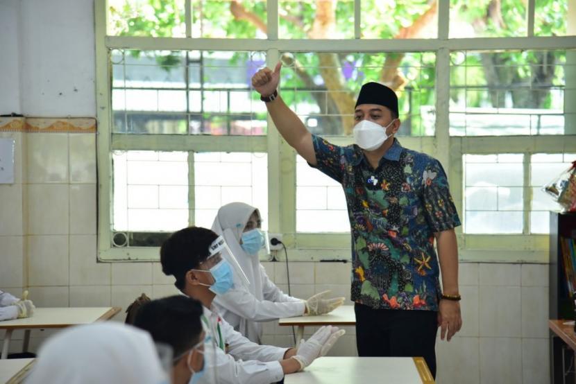Wali Kota Surabaya Eri Cahyadi. Eri Cahyadi mengaku pihaknya telah mengambil berbagai langkah antisipasi menyambut musim hujan. Mulai mengeruk endapan lumpur di saluran air hingga hingga menyelesaikan pembangunan tempat penampungan air atau bozem di Kecamatan Tandes.