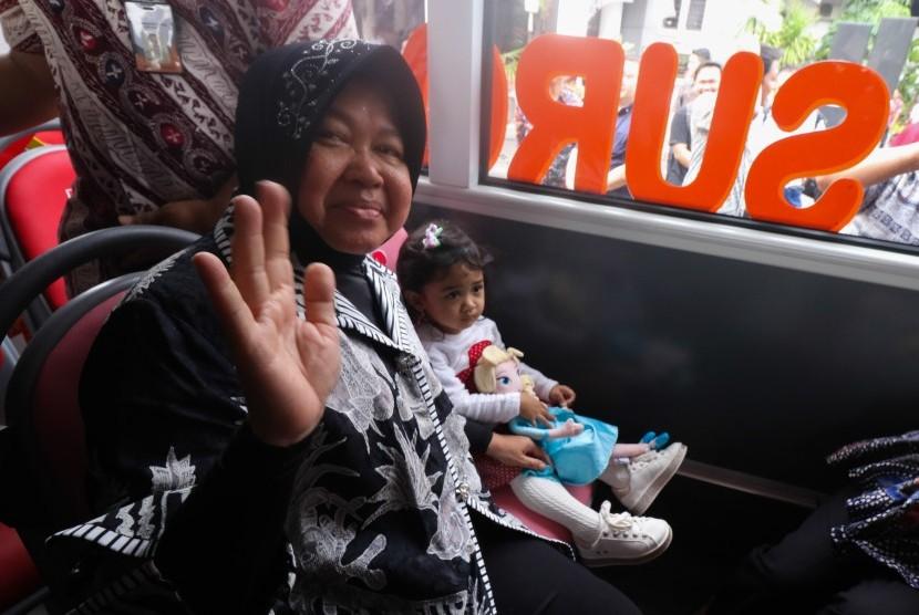 Wali Kota Surabaya Tri Rismaharini duduk di dalam Suroboyo Bus di halaman Balai Kota Surabaya, Jawa Timur, Jumat (4/1/2019).