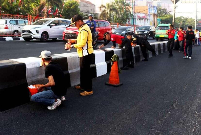 Wali Kota Surabaya Tri Rismaharini memimpin jajarannya menggelar kerja bhakti bersih-bersih dan pengecatan trotoar dalam rangka menyambut HUT RI ke 73
