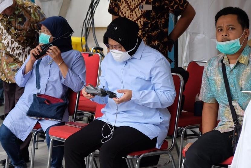 Wali Kota Surabaya Tri Rismaharini meninjau langsung proses pengaspalan Jalan Raya Gubeng yang ambles, Rabu (26/12)