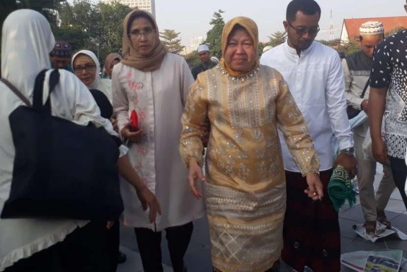 Wali Kota Surabaya Tri Rismaharini seusai melaksanakan shalat Idul Adha di halaman Balai Kota Surabaya, Rabu (22/8).