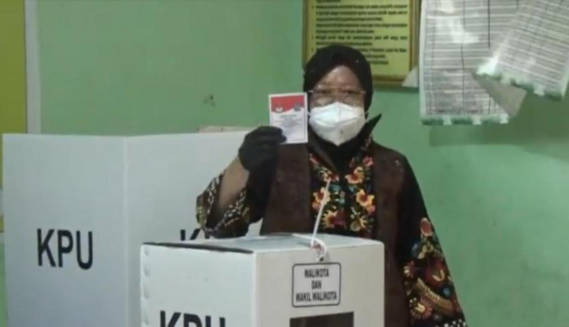 Wali Kota Surabaya Tri Rismaharini seusai menyalurkan hak pilihnya di TPS 01, Kelurahan Jajar Tunggal, Wiyung, Surabaya, Rabu (9/12)