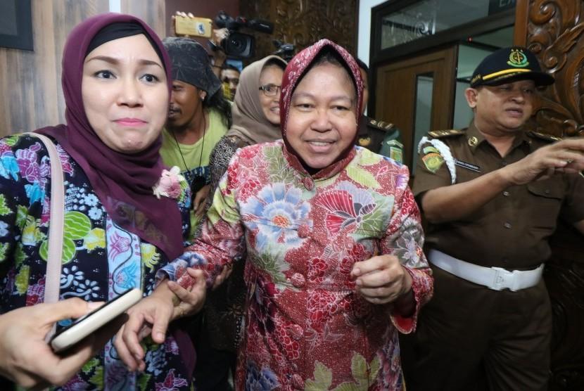 Wali Kota Surabaya Tri Rismaharini (tengah)