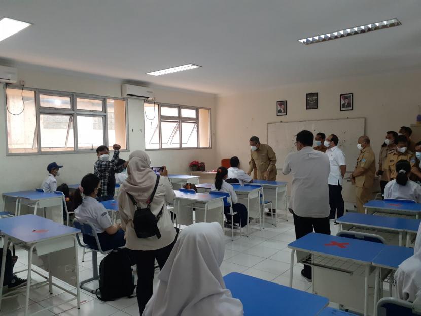 Wali Kota Tangerang Selatan Benyamin Davnie saat memantau pelaksanaan pembelajaran tatap muka (PTM) perdana di SMPN 8, Tangsel pada Senin (6/9).