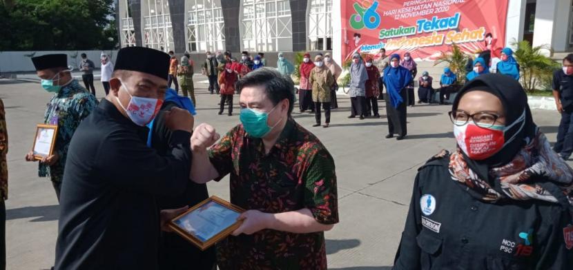 Walikota Cirebon, Nashrudin Azis, menyerahkan penghargaan kepada ratusan tenaga medis karena telah berjasa dalam penanganan Covid-19, Kamis (12/11).