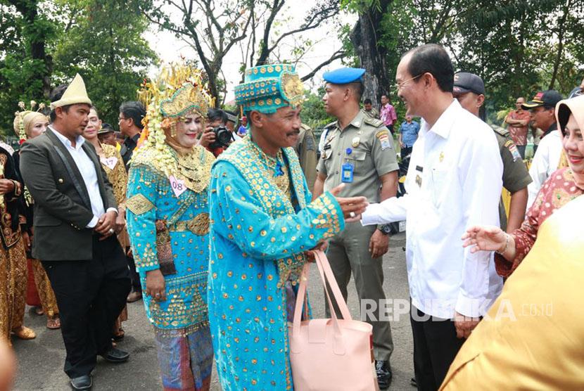 Walikota Palembang Harnojoyo memberikan ucapan selamat kepada 35 pasangan peserta nikah massal.