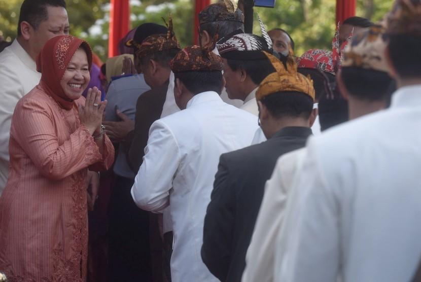 Wali Kota Surabaya Tri Rismaharini (kiri) bersalaman dengan para Pegawai Negeri Sipil (PNS) ketika halal bihalal di Balaikota Surabaya, Jawa Timur (Antara/Zabur Karuru)