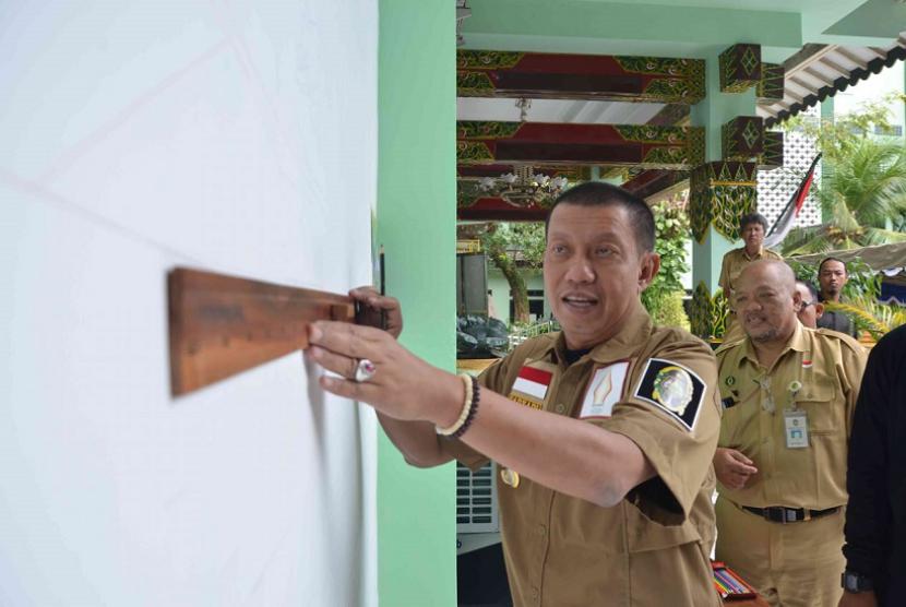Wali Kota Yogyakarta Haryadi Suyuti melakukan penggoresan pertama di dinding mural di Balaikota Yogyakarta.