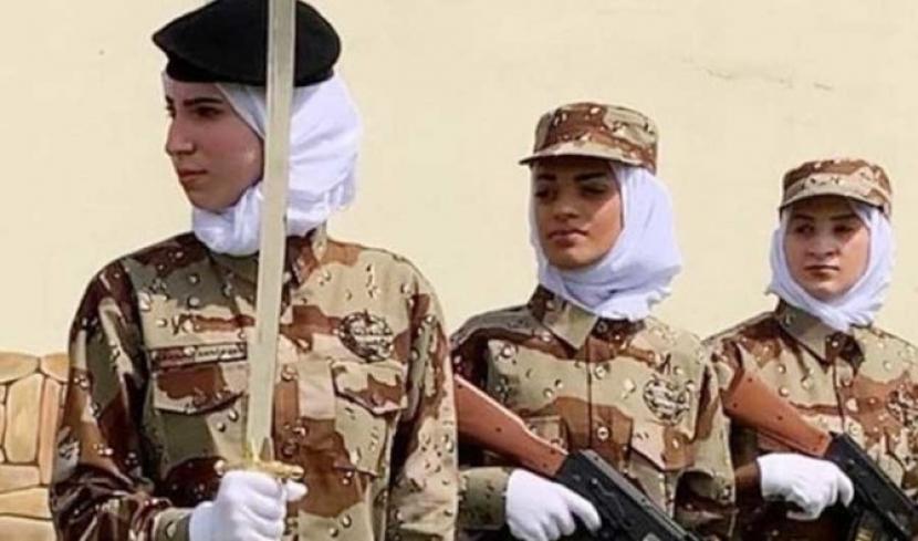 wanita Arab Saudi dalam parade militer