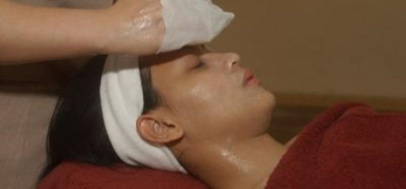 Wanita melakukan perawatan facial. (ilustrasi)