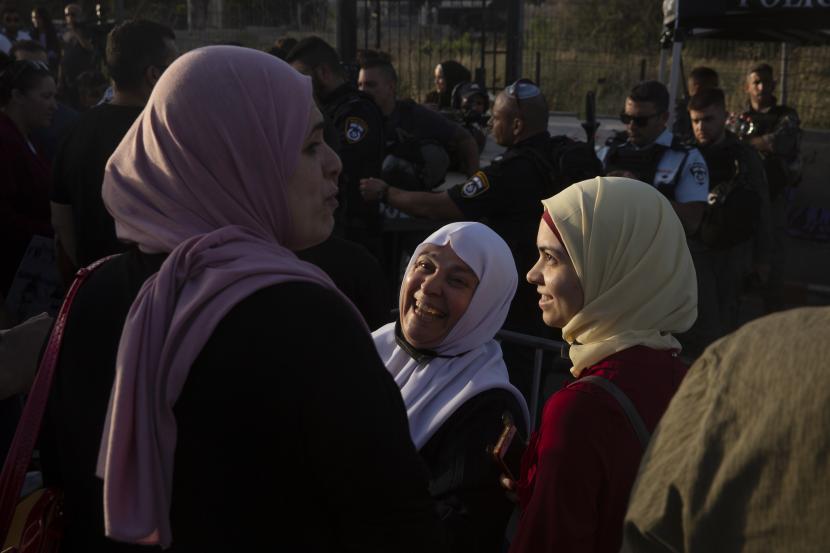 Wanita mengambil bagian dalam demonstrasi di lingkungan Sheikh Jarrah di Yerusalem timur, di mana puluhan keluarga menghadapi penggusuran paksa dari rumah mereka oleh pemukim Israel, Jumat, 28 Mei 2021.