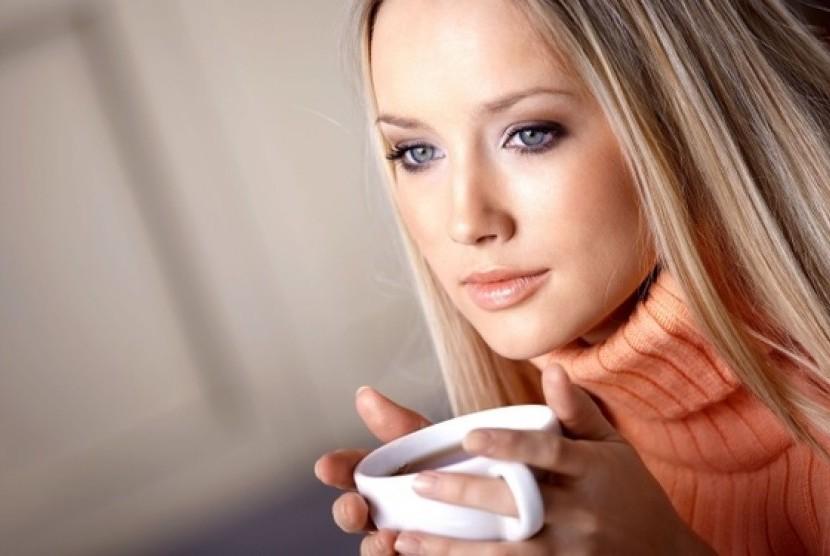 Wanita minum kopi (Ilustrasi)