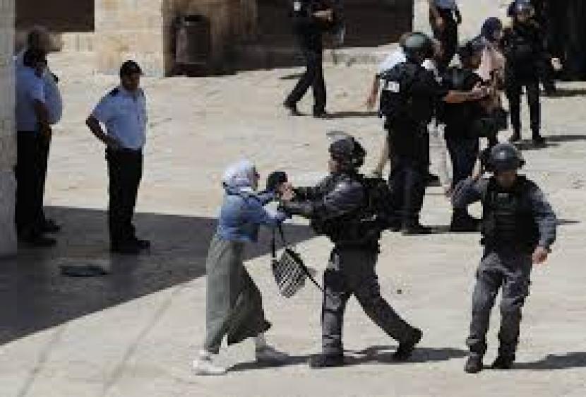 Wanita Palestina benkrok dengan polisi Israel di halaman Masjid Al-Aqsa.