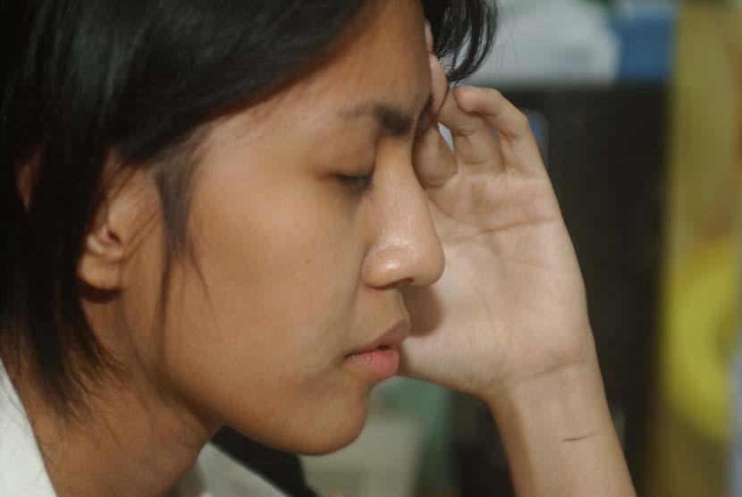 Wanita pusing atau stres (ilustrasi).