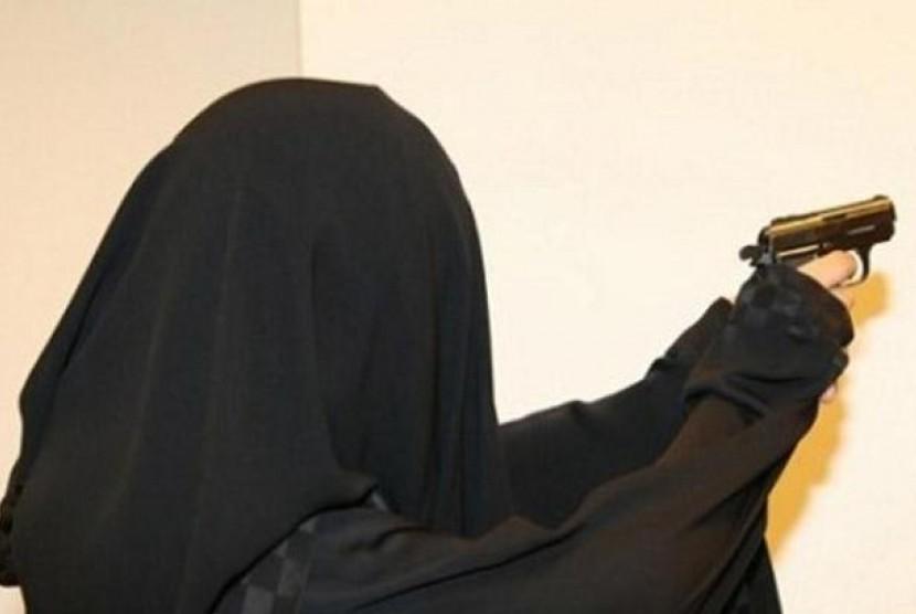 Wanita Saudi tengah berlatih menembak.