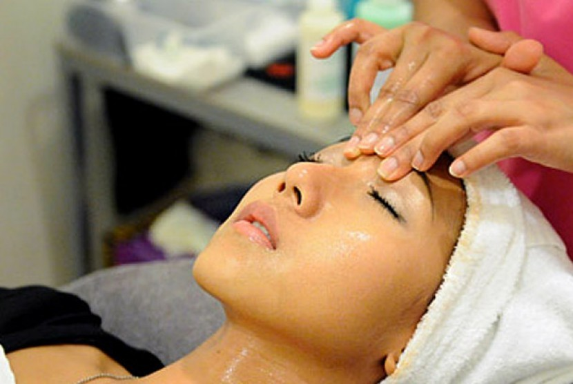 Wanita sedang melakukan perawatan wajah/facial. Ilustrasi.