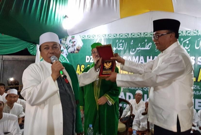 Wantimpres H. Drs. Sidarto Danusubroto (kanan), anggota  sedang menyerahkan cinderamata kepada KH Musthofa Aqil Siradj di Ponpes Al Ghadier, Kempek, Cirebon (27/12)