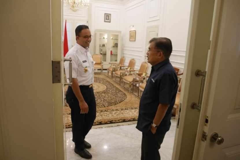 Wapres JK antar Gubernur DKI Anies Baswedan sampai ke dalam ruang kerja di Balai Kota DKI Jakarta, Jumat (3/8), usai mengecek kesiapan venue Asian Games 2018.