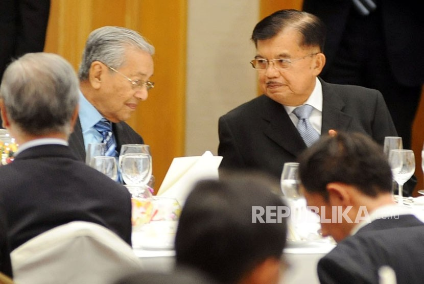 Indonesian Vice President Jusuf Kalla talks to Malaysian PM Mahathir Mohamad during dinner of the 24th International Conference on the Future of Asia in Tokyo, Japan, Monday (June 11).
