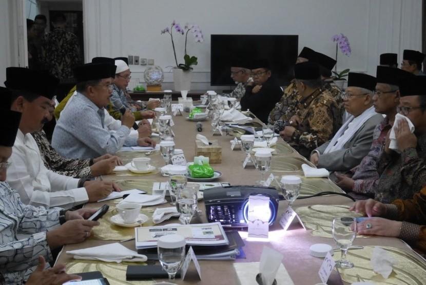 Wapres Jusuf Kalla didampingi Mensesneg, Menteri Agama, Panglima TNI, Kapolri menggelar pertemuan dengan sejumlah Pimpinan Ormas Islam di kediaman dinas Wapres, Jalan Diponegoro, Jakarta, Jumat (26/10/2018).